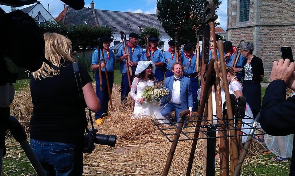 Vlasdag, Voor de Zeeuwse Pers getrouwd, foto 1 in vlas stro